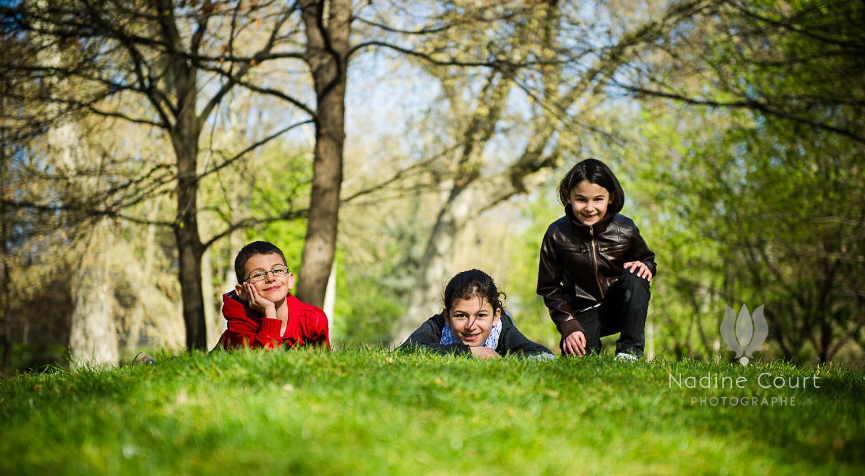 Enfants allongés dans l'herbe