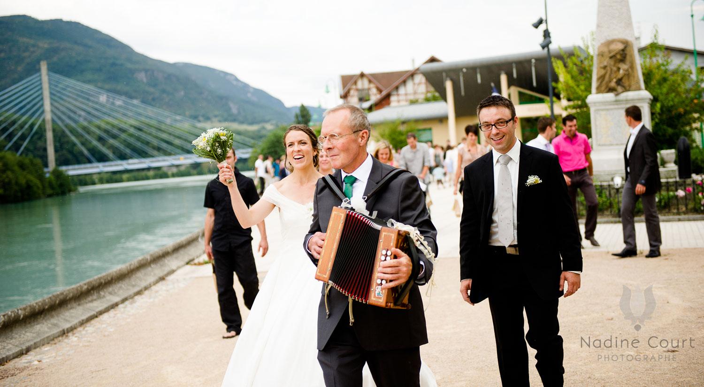 Quand le père de la mariée joue de l'accordéon en tête du cortège de mariage