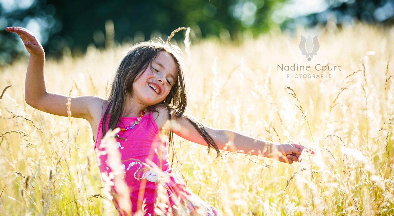 Enfant jouant dans les herbes hautes
