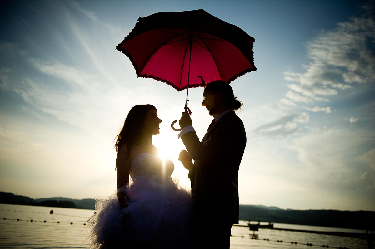 Photo de couple : séance trash the dress au lac d'Aiguebelette pour Sophie & Florent